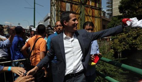 Guaidó es va trobar acompanyat per milers de persones als carrers de Caracas.