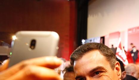 Sánchez posa per a un 'selfie' abans del míting a Saragossa.