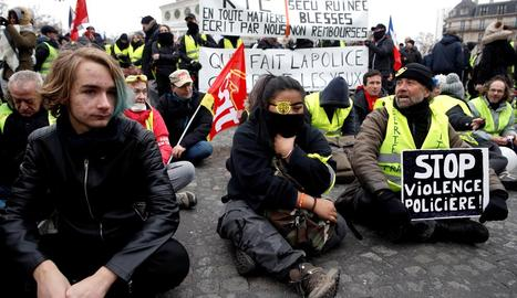 Els Armilles Grogues mantenen les protestes denunciant violència policial a París