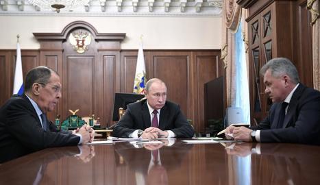 Vladímir Putin durant una reunió amb ministres, ahir a Moscou.