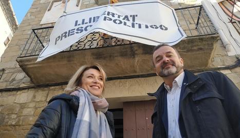 Bosch, dissabte passat a Camarasa amb l'alcaldessa, Elisabet Lizaso, davant de la seu de l'ajuntament.