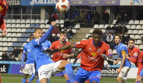 Tano intenta aclarir la pilota davant del jugador del Terol Peñaloza.