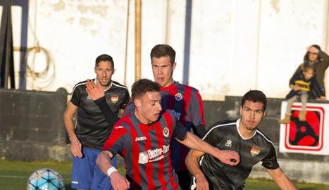 Un jugador del Tàrrega lluita pel control de la pilota amb un jugador de l'Andorra durant el partit d'ahir.