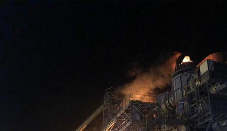 Els Bombers van controlar el foc a l'empresa Termosolar Borges al voltant de les 4.24 hores.