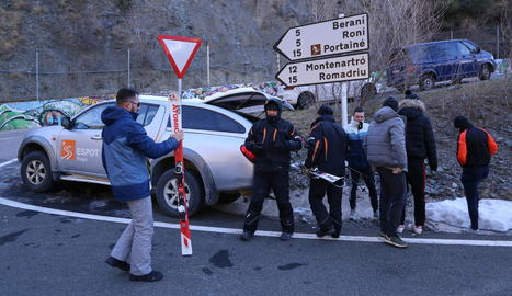 Personal de Port Ainé informava del tancament i recollia esquís llogats a l'accés.