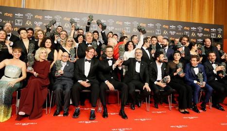 Foto de família dels premiats, entre els quals es troben els set de la cinta 'El reino', mentre que 'Campeones' va aconseguir el de millor pel·lícula.