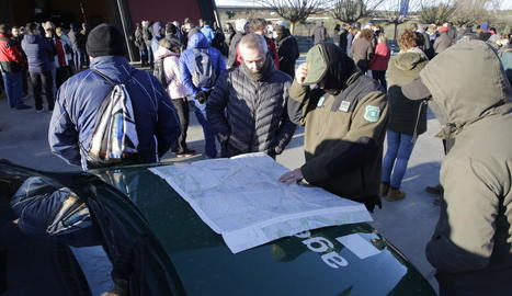Els bussejadors que van trobar ahir el cotxe de la desapareguda després de reduir el curs del canal.