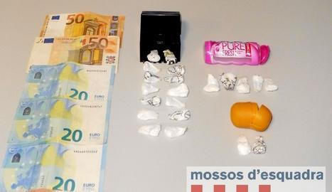Els mossos van decomissar 11,9 grams de cocaïna, dos telèfons mòbils i 170 euros.