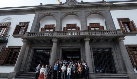 Minut de silenci per aquest crim masclista davant la delegació del Govern central a les Canàries, ahir.