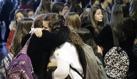 Desenes d'alumnes de l'institut Manuel de Montsuar van participar ahir en un emotiu homenatge a la professora morta.