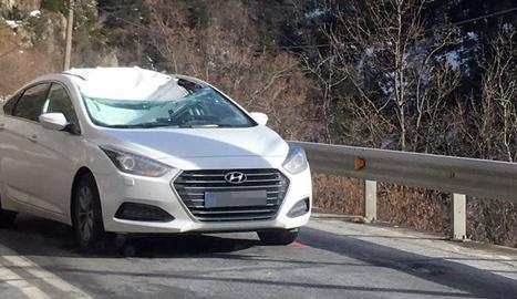 Estat en què va quedar el cotxe després de caure-li a sobre una placa de gel, ahir, a prop de Bono.