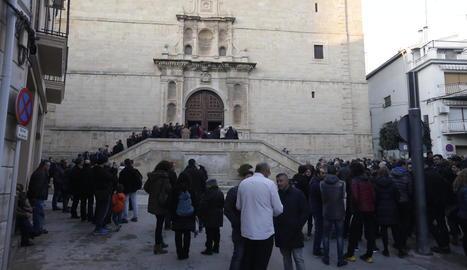 Desenes de persones donen l'últim adéu a Núria Borràs a les Borges