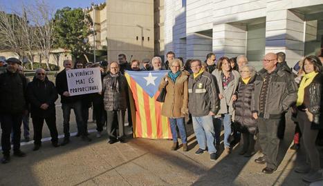 Concentració de suport ahir a la coordinadora de l'ANC a Lleida, Rosa Burrell, al centre de la foto.
