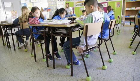 Una de les aules amb pilotes a les cadires perquè no facin soroll al moure-les.