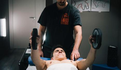 El pilot lleidatà ha fet tota la rehabilitació a les instal·lacions que té a Cervera al costat del fisioterapeuta Carlos J. García.