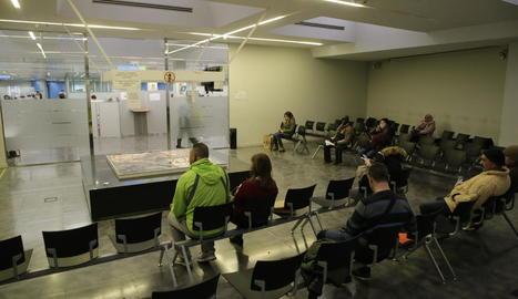 Sala d'espera de l'oficina del Servei d'Ocupació de Catalunya (SOC) a Lleida, ahir.