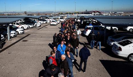 Imatge de taxistes a la cua per a la votació, ahir a Madrid.