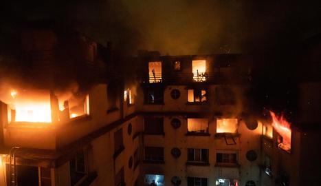 Imatge de l'edifici parisenc en flames durant les tasques d'extinció dels bombers.