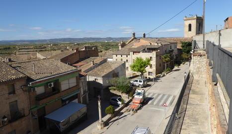 Vista d'Arbeca, amb l'església de Sant Jaume al fons.