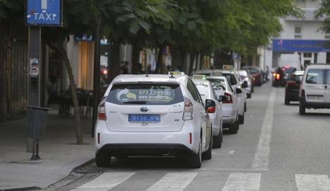 Una fila de taxis, a la parada de l'avinguda Blondel.