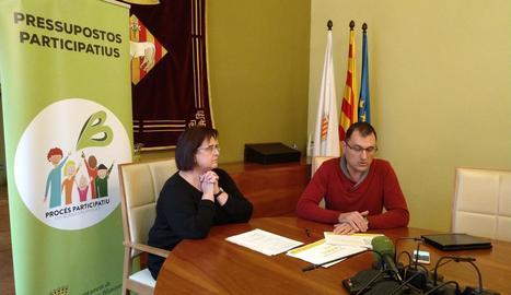 L'edil Maria Fusté i el gerent d'Urbanisme, Albert Quintillà, presentant la proposta guanyadora.