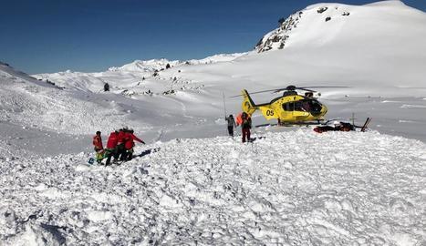 Vista ahir del trasllat d'un dels esquiadors atrapats per una allau a la zona del Tuc de la Llança a Naut Aran.