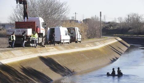 El tram del canal on va caure el cotxe diumenge passat.