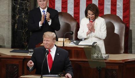 Donald Trump rep el fred aplaudiment protocol·lari de la dirigent demòcrata Nancy Pelosi.