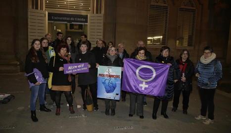 Concentració ahir al Rectorat per la vaga feminista del 8-M.