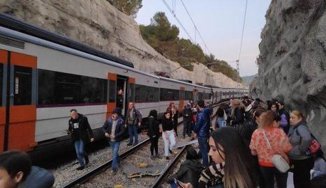 Alguns dels 400 passatgers dels dos combois que van sortir dels trens a les vies després de la col·lisió.