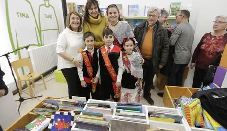 L'alcaldessa, Rosa Pujol, i la consellera, Laura Borràs, durant l'estrena de la biblioteca d'Aitona.