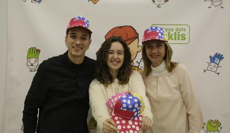 Òscar, Aida i Gloria, amb la gorra de la festa d'Afanoc de Lleida.