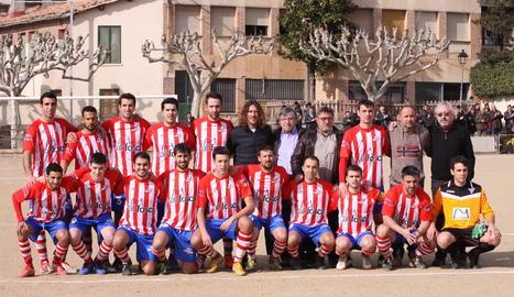 Carles Puyol va posar amb l'equip de la Pobla que va celebrar el centenari del club aquest cap de setmana.