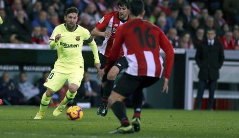 Messi, en una acció assetjat per dos rivals.