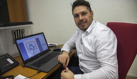 L'alcalde, Eduard Piera, mostrant l'escut que es recuperarà al març.
