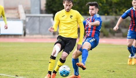 Un jugador de l'EFAC protegeix la pilota davant la pressió d'un jugador del Gavà.