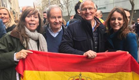 Manifestants amb una pancarta en la qual es demanava la dimissió de Pedro Sánchez.
