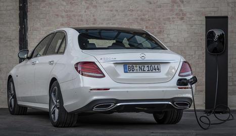 Mercedes Benz ha ampliat la gamma Classe E amb la incorporació de 2 variants híbrides endollables, una amb motor de  gasolina (E 300 i) i una altra amb un de dièsel (E 300 de).