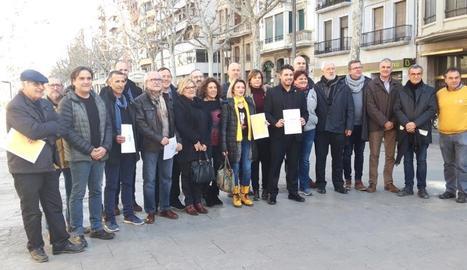 Imatge dels alcaldes que ahir van firmar el manifest a Lleida.