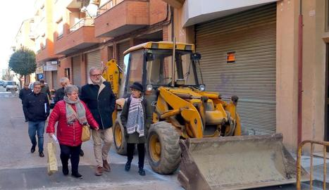 L'alcalde va visitar ahir el carrer les Roses.