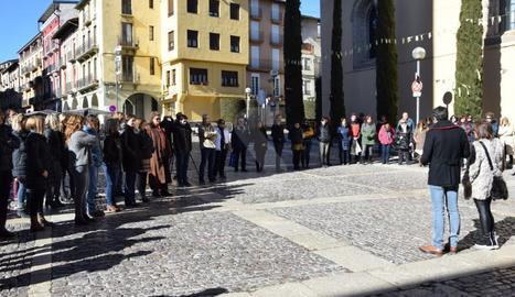 Unes 50 persones s'han concentrat aquest matí a l'ajuntament de la capital de l'Alt Urgell