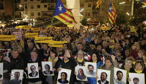 Els concentrats a Ricard Viñes van cantar 'Els Segadors' al finalitzar la protesta.