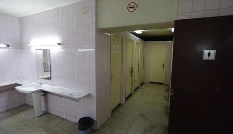 Els lavabos de l'estació, on un vigilant va fer tocaments a una jove, segons la denunciant.