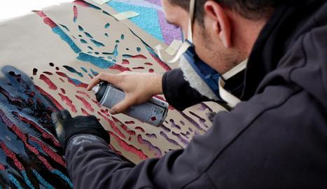 amistats. Llukuter se sent còmode pintant la gent del seu entorn. En aquest grafiti va fer un retrat de la també artista Cristina de Juan.