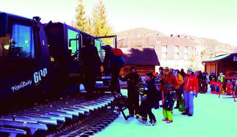 Esquiadors fent cua ahir a Espot per pujar a les màquines trepitjaneu que donen accés a les pistes.