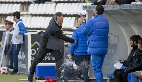 Joan Carles Oliva llança amb ràbia una botella d'aigua a terra després d'una pèrdua de pilota de l'equip.