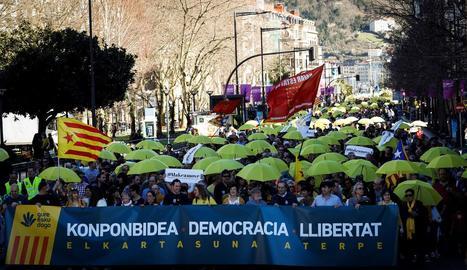 Solidaritat - Milers de persones amb roba i paraigües grocs van recórrer ahir el centre de Sant Sebastià en solidaritat amb els polítics catalans empresonats, a l'exili i jutjats al Suprem.