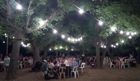 El sopar popular es porta a terme a la zona del pou.