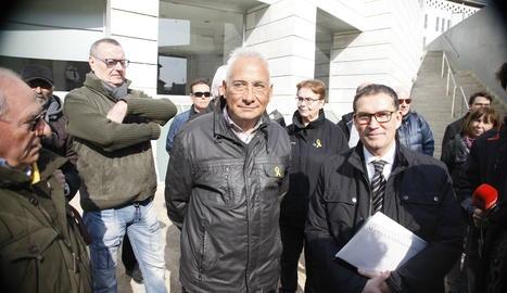 Enric Sirvent, acompanyat pel seu advocat, aquest dimecres abans d'entrar al jutjat de Lleida.