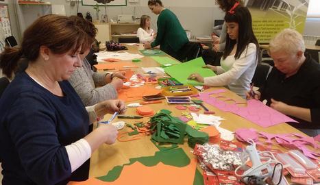 Imatge dels tallers per confeccionar disfresses reivindicatives, ahir a l'Escola Països Catalans.